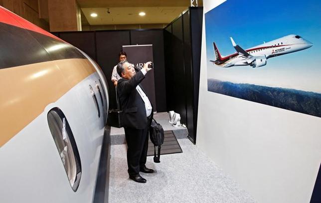 4月20日、三菱重工業子会社で「三菱リージョナルジェット(MRJ)」を開発している三菱航空機の水谷久和社長はロイターの取材に対し、2020年半ばまでに量産初号機を顧客に納入するという開発スケジュールを「いかに実現させるかが重要なミッション(使命)」と述べ、納期を「きっちり守る」体制固めに尽力するとの意向を示した。写真は都内で昨年10月に行われた航空ショーで撮影(2017年 ロイター/Kim Kyung-Hoon)