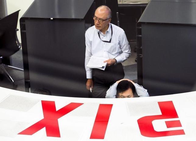 4月20日、日経平均は4日ぶり小反落。為替のドル安・円高一服や朝方公表された3月貿易統計で輸出が好調だったことを受け、大型外需株に買いが先行した。写真は東京証券取引所で2015年6月撮影(2017年 ロイター/Thomas Peter)