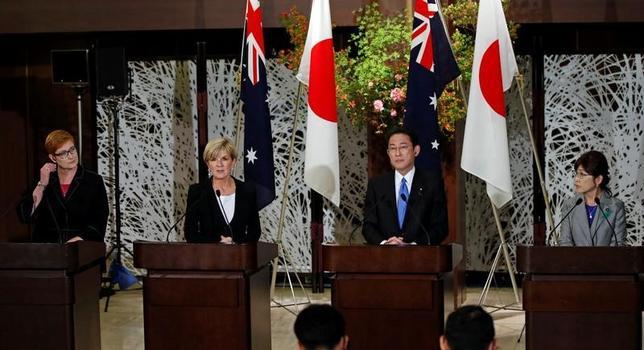 4月20日、オーストラリアのビショップ外相(写真左から2人目)は日本との外務・防衛担当閣僚会合(2プラス2)後の共同会見で、緊迫する朝鮮半島情勢について、「平和的な手段で安定と安全を実現したい。日本と立場を共有している」と語った。写真は20日都内で撮影(2017年 ロイター/Toru Hanai)