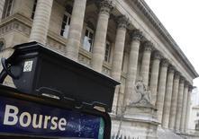 La Bourse de Paris se distingue jeudi à mi-séance, le CAC 40 se dirigeant vers sa meilleure séance depuis le 1er mars alors que se profile le premier tour, dimanche, d'une élection présidentielle indécise. La cote du candidat d'En Marche! paraît rassurer les investisseurs et le CAC 40, soutenu en outre par une série de résultats trimestriels bien accueillis, gagne 0,72% vers 10h30 GMT. A Francfort, le Dax est quasiment inchangé et à Londres, le FTSE abandonne 0,19%, pénalisé par son exposition aux ressources de base et par la vigueur de la livre sterling. /Photo d'archives/REUTERS/Régis Duvignau