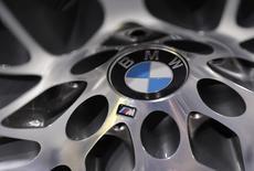 BMW a annoncé jeudi un bond de 27% de son bénéfice imposable au premier trimestre, à 3,01 milliards d'euros, un résultat supérieur aux attentes lié notamment à la hausse de la valorisation de sa participation dans HERE à la suite d'un investissement d'Intel dans ce système de cartographie. /Photo prise le 13 avril 2017/REUTERS/Lucas Jackson
