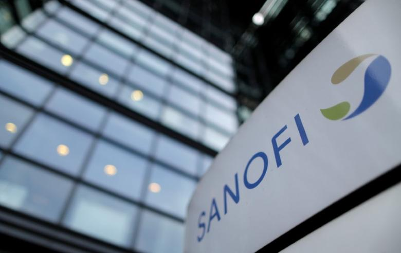 FILE PHOTO -  The logo of French drugmaker Sanofi is seen in front of the company's headquarters in Paris, France, October 30, 2014.      REUTERS/Christian Hartmann/File Photo