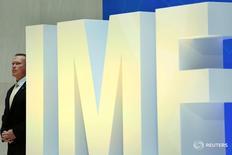 Охранник у логотипа МВФ в штаб-квартире фонда в Вашингтоне 19 апреля 2017 года. Министры финансов и главы мировых центробанков в четверг собрались в США на встречу МВФ и Всемирного банка, где попытаются убедить нового американского президента отказаться от протекционистской риторики и продемонстрировать всеобщую поддержку свободной торговли и глобальной интеграции. REUTERS/Yuri Gripas