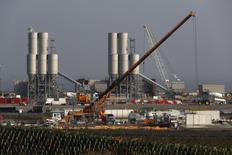 Les ouvriers travaillant sur le projet de centrale nucléaire d'EDF Energy à Hinkley Point, dans le sud-ouest de l'Angleterre (photo), pourraient se mettre en grève au sujet de leurs primes, ont annoncé jeudi deux syndicats. /Photo d'archives/REUTERS/Stefan Wermuth