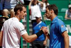 El tenista Andy Murray se da la mano con el ganador del partido, Albert Ramos-Viñolas de España, en Mónaco. 20 de abril de 2017.  El tenista escocés Andy Murray, número uno del mundo, fue eliminado el jueves del Masters de Montecarlo por el español Albert Ramos, que se impuso por 2-6, 6-2 y 7-5 para llegar a los cuartos de final del torneo en un día de sorpresas. REUTERS/Eric Gaillard