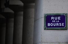 La Bourse de Paris a surclassé jeudi les autres places financières européennes. Le CAC 40, soutenu en outre par une série de résultats trimestriels bien accueillis, a bouclé sa meilleure séance depuis le 1er mars en gagnant 74,18 points (1,48%). A Francfort, le Dax a gagné 0,09% et à Londres, le FTSE a pris 0,06%. /Photo d'archives/REUTERS/Christian Hartmann