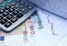 La dette des ménages et des entreprises a nettement progressé au quatrième trimestre en France pour atteindre l'équivalent de 128,2% du produit intérieur brut (PIB), soit 2,1 points de plus qu'au troisième trimestre et 3,5 points de plus que fin 2016, selon des données publiées jeudi par la Banque de France. /Photo d'archives/REUTERS/Dado Ruvic
