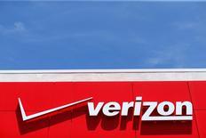 Verizon Communications a fait état jeudi de sa toute première perte trimestrielle d'abonnés en dépit du lancement de nouvelles offres illimitées, ce qui amène certains analystes à se demander si le premier opérateur télécoms américain n'a pas besoin d'une acquisition plus importante que Yahoo pour réussir sa diversification. /Photo d'archives/REUTERS/Mike Blake