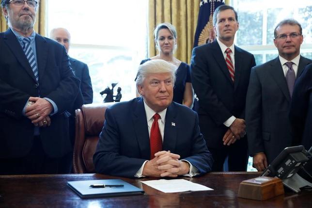 4月20日、トランプ米大統領は中国など外国製の鉄鋼製品が米国に安全保障上の脅威をもたらしているかを判断するため、調査の開始を指示した。写真はホワイトハウスで署名に臨むトランプ氏。(2017年 ロイター/Aaron Bernstein)