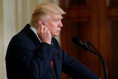 Le président américain Donald Trump a annoncé jeudi l'ouverture d'une enquête destinée à établir si l'acier étranger constitue une menace pour la sécurité nationale, laissant entrevoir le relèvement des tarifs douaniers et provoquant une forte hausse des actions du secteur sidérurgique à Wall Street. /Photo prise le 20 avril 2017/REUTERS/Aaron P. Bernstein