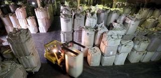 Funcionário transporta sacas de 1 tonelada de grãos de café em armazém de Santos, no Brasil 10/12/2015 REUTERS/Paulo Whitaker
