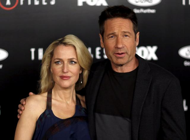 FILE PHOTO: Cast members Gillian Anderson and David Duchovny pose at a premiere for ''The X-Files'' at California Science Center in Los Angeles, California, U.S. on January 12, 2016.  REUTERS/Mario Anzuoni/File Photo