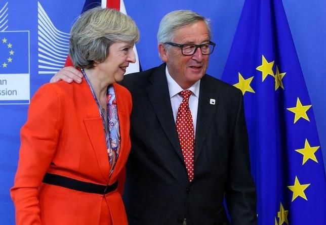 4月20日、欧州連合(EU)のユンケル欧州委員長(写真右)は26日にロンドンを訪問し、メイ英首相(左)と会談する。ブリュッセルで昨年10月撮影(2017年 ロイター/Yves Herman)