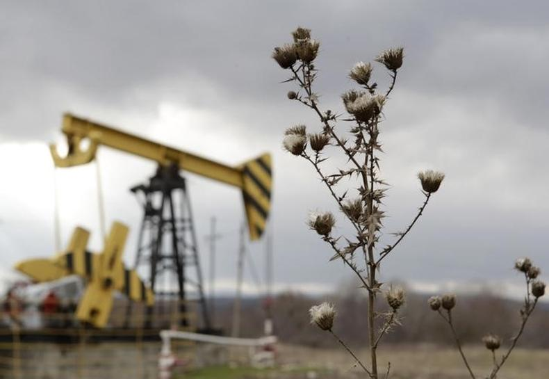 Oil markets remain cautious on record supplies