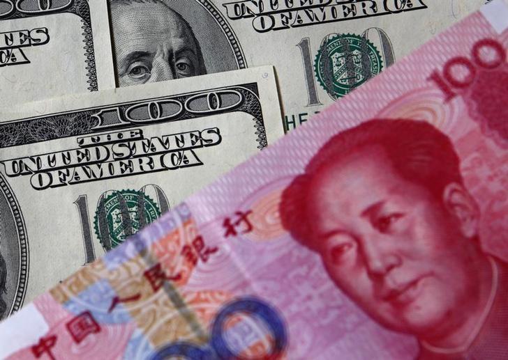资料图片:2010年11月,中国北京,美元和人民币。 REUTERS/Petar Kujundzic