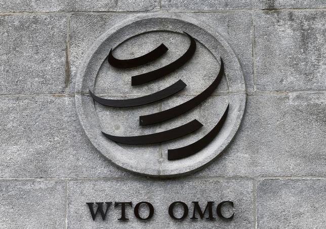 4月21日、韓国の鉄鋼業界筋は、ロイターに対し、「米国の貿易保護主義の高まり」に対応するため、韓国政府と鉄鋼業界が世界貿易機関(WTO)への提訴を含め、あらゆる措置を検討すべきだとの見解を示した。写真はWTOのロゴ。ジュネーブで昨年6月撮影(2017年 ロイター/Denis Balibouse)
