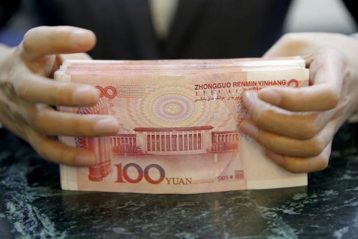 资料图片:2016年4月,北京一家银行的柜员在清点人民币纸币。REUTERS/Kim Kyung-Hoon