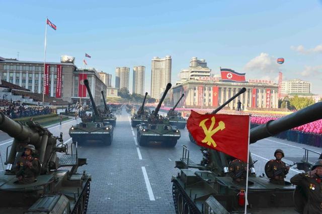4月21日、韓国政府は、北朝鮮が25日に朝鮮人民軍創建記念日を迎えるのを前に、高度の警戒態勢をとっていることを明らかにした。韓国統一省の報道官によると、朝鮮人民軍創建85年に当たる25日は、北朝鮮による冬季の大規模軍事演習の終了とも重なる。写真は朝鮮労働党70周年軍事パレードの模様。提供写真(2017年 ロイター)