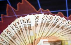 L'économie de la zone euro a entamé le deuxième trimestre avec une croissance forte et durable. L'indice PMI composite IHS Markit est ressorti à 56,7 en avril, en version flash, contre 56,4 en mars, au plus haut depuis avril 2011. Au-dessus de 50, cet indice témoigne d'une croissance de l'activité. /Photo d'archives/REUTERS/Dado Ruvic