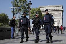 Policía francesa patrullan los Campos elíseos el día que un policía fue asesinado y otros dos heridos en un tiroteo en París, Francia. 21 de abril 2017. El asesinato de un policía en un ataque miliciano islamista eclipsó el viernes el último día de la impredecible campaña presidencial de Francia, donde el centrista Emmanuel Macron sigue como el favorito en las encuestas. REUTERS/Benoit Tessier