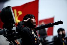 Un soldado saluda desde lo alto de un vehículo blindado mientras pasa por delante del líder norcoreano, Kim Jong Un, durante un desfile militar que conmemora el aniversario del nacimiento del padre fundador del país, Kim Il Sung, en Pyongyang.  15 de abril 2017.Corea del Sur dijo el viernes que está en una alerta elevada antes de un importante aniversario en Corea del Norte, en momentos en que se concentra una gran cantidad de material militar en ambos lados de la frontera. REUTERS/Damir Sagolj/Files