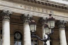 Les Bourses européennes évoluent en ordre dispersé vendredi à mi-séance et Wall Street est attendue sans grand changement. À Paris, le CAC 40 recule de 0,52% vers 10h40 GMT. À Francfort, le Dax profite d'arbitrages en sa faveur, et gagne 0,11% et à Londres, le FTSE recule de 0,09%. /Photo d'archives/REUTERS/John Schults
