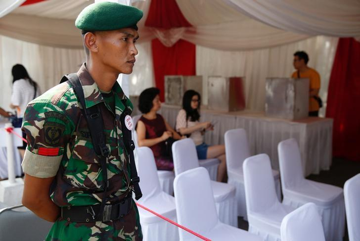 A soldier provides security at a polling booth during the Jakarta governor election in North Jakarta, Indonesia April 19, 2017.   REUTERS/Darren Whiteside