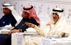 (إلى اليمين) وزير المالية السعودي محمد الجدعان يتحدث خلال مؤتمر صحفي في الرياض يوم 22 ديسمبر كانون الأول 2016. تصوير: فيصل الناصر - رويترز