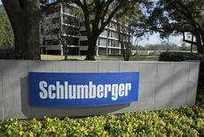 Schlumberger, à suivre vendredi à Wall Street.  Le numéro un mondial des services pétroliers, a fait état d'un chiffre d'affaires trimestriel en hausse de 5,7% mais aussi de coûts en hausse pesant sur ses marges. /Photo d'archives/REUTERS/Richard Carson