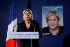 La líder de extrema derecha, Marine Le Pen, asiste a una conferencia de prensa en París, Francia. 21 de abril 2017. Marine Le Pen ha llevado al Frente Nacional desde un estatus marginal al centro de la atención política francesa, y se ha convertido en una verdadera aspirante a ser la primera mujer presidenta de Francia y en su primera líder de extrema derecha desde la Segunda Guerra Mundial. REUTERS/Benoit Tessier - RTS139WC