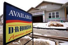 Una casa de la compañía Horton a la venta en Arvada, Colorado, Estados Unidos. 24 de enero 2017. Las ventas de casas usadas en Estados Unidos subieron más a lo previsto en marzo y tocaron su nivel más alto en más de 10 años, debido a que más viviendas entraron al mercado y fueron adquiridas rápidamente. REUTERS/Rick Wilking - RTSX6VP