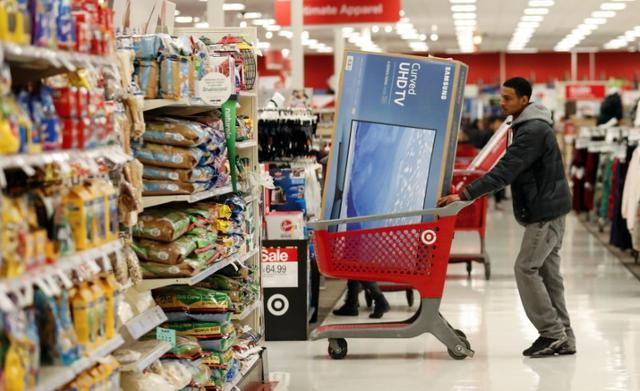 A customer pushes his shopping cart during the Black Friday sales event on Thanksgiving Day at Target in Chicago, Illinois, U.S., November 24, 2016. REUTERS/Kamil Krzaczynski