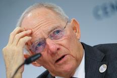 El ministro alemán de Finanzas, Wolfgang Schaeuble, en una conferencia de prensa en Baden-Baden, Alemania. 18 de marzo 2017.Las elecciones presidenciales francesas, cuya primera vuelta será celebrada el fin de semana, supone un riesgo para la economía global, dijo el viernes el ministro de Finanzas de Alemania, Wolfgang Schäuble.   REUTERS/Kai Pfaffenbach