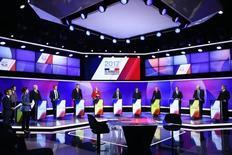 El selectivo de la bolsa española cerró el viernes plano, en una jornada marcada por la cautela de cara a las elecciones presidenciales francesas del domingo. En la foto, los candidatos presidenciales franceses en los estudios de France 2, Saint-Cloud, París, el 20 de abril de 2017. REUTERS/Martin Bureau/Pool