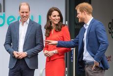 الأمير البريطاني وليام وزوجته كيت وشقيقه هاري (من اليسار إلى اليمين) قرب لندن يوم الخميس. صورة لرويترز من ممثل لوكالات الأنباء.