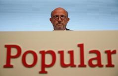 """La agencia de calificación de crédito Moody's anunció el viernes una rebaja de dos escalones en el rating de la deuda senior no garantizada a largo plazo de Banco Popular hasta """"B1"""" desde """"Ba2"""" y no descartó un nuevo recorte al situar en """"negativa"""" la perspectiva.  En la imagen de archivo, el presidente de la entidad, Emilio Saracho, en la junta de accionistas celebrada el 10 de abril. REUTERS/Juan Medina"""