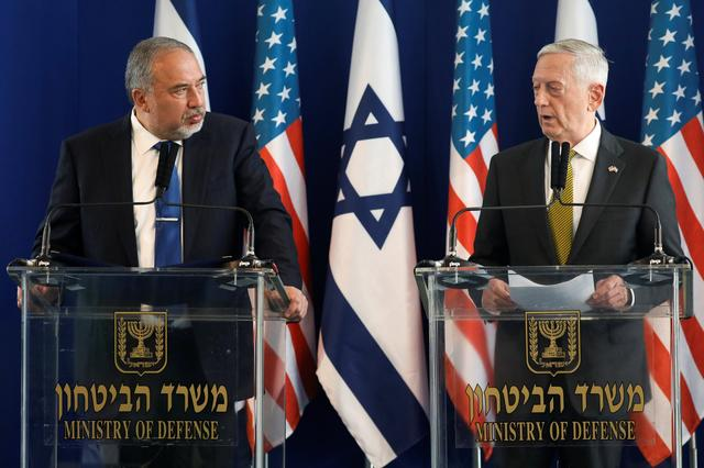 Israel's Minister of Defense Avigdor Lieberman (L) and U.S. Defense Secretary James Mattis hold a joint news conference at the Ministry of Defense in Tel Aviv, Israel, April 21, 2017. REUTERS/Jonathan Ernst