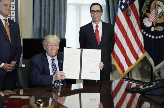 4月21日、トランプ米大統領は、来週26日に税制改革に関して大きな発表を行うと明らかにした。この日撮影(2017年 ロイター/Kevin Lamarque)