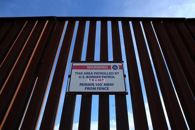 4月23日、トランプ米大統領はメキシコとの国境に建設すると公約した壁の建設費用について、最終的にメキシコが負担するとの考えを改めて表明した。写真は米カリフォルニア州カレシコにある両国国境のフェンス。2月撮影(2017年 ロイター/Mike Blake)