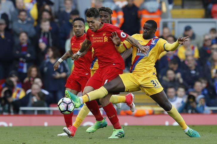 Britain Football Soccer - Liverpool v Crystal Palace - Premier League - Anfield - 23/4/17 Liverpool's Roberto Firmino in action with Crystal Palace's Jeffrey Schlupp  Reuters / Phil Noble Livepic