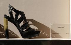Обувь Jimmy Choo в магазине в Риме 1 марта 2016 года. Британский ритейлер люксовых товаров JimmyChoo открыт для предложений о покупке в рамках пересмотра стратегических вариантов для максимизации акционерной стоимости, сообщила компания в понедельник. REUTERS/Max Rossi