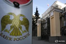Парковочный столбик у здания ЦБР в Москве 13 марта 2015 года. Банк России продолжит снижение ставки на третьем в этом году заседании по процентной политике, и большинство экспертов надеется на последовательность регулятора - как и в марте, шаг будет 25 базисных пунктов - несмотря на замедление инфляции и укрепление рубля, поводов форсировать смягчение политики не появилось. REUTERS/Sergei Karpukhin