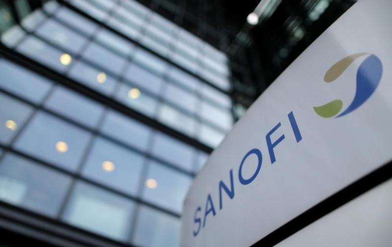 FILE PHOTO - A logo is seen in front of the entrance at the headquarters French drugmaker Sanofi in Paris October 30, 2014.   REUTERS/Christian Hartmann/File Photo