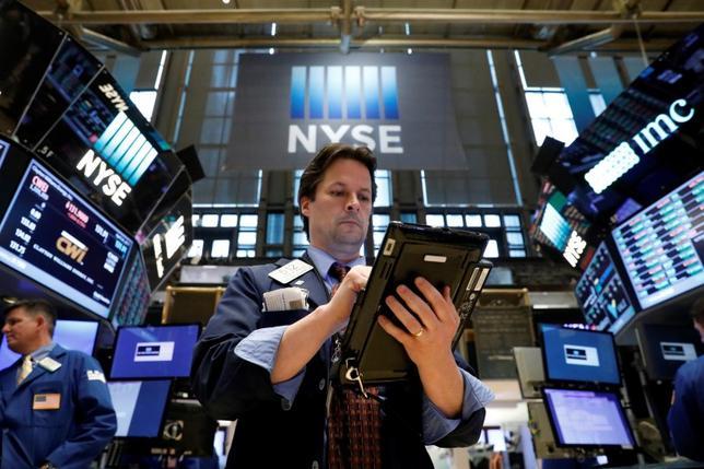 4月26日、米国株式市場は、小幅反落して引けた。写真はNY証券取引所のトレーダー、24日撮影(2017年 ロイター/Brendan McDermid)