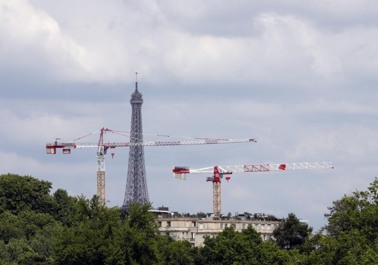 FILE PHOTO - Construction cranes are seen in front of Paris landmark, the Eiffel Tower, May 25, 2015. Picture taken May 25, 2015.   REUTERS/Jean-Paul Pelissier