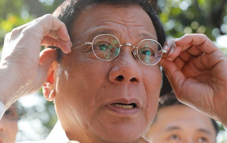 Philippine President Rodrigo Duterte holds his glasses as he speaks to reporters at the presidential palace in Manila, Philippines April 28, 2017.  REUTERS/Erik De Castro