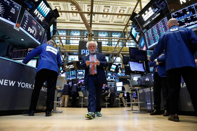 Traders work on the floor of the New York Stock Exchange (NYSE) in New York, U.S., April 19, 2017. REUTERS/Brendan McDermid