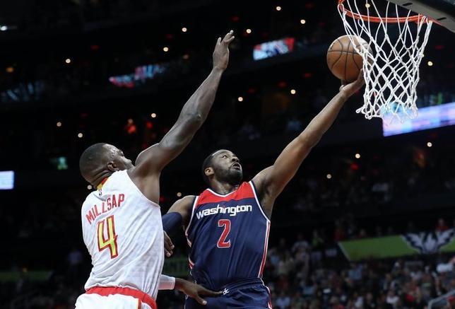 4月28日、NBAプレーオフ1回戦、ウィザーズはホークスを115─99で下し、カンファレンス準決勝進出を決めた。ジョン・ウォール(右)が42得点、8アシスト(2017年 ロイター/Jason Getz-USA TODAY Sports)