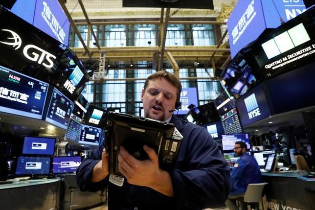 5月1日、米国株式市場では、ナスダック総合指数が反発し、最高値を更新して取引を終えた。ニューヨーク証券取引所で撮影(2017年 ロイター/Brendan McDermid)