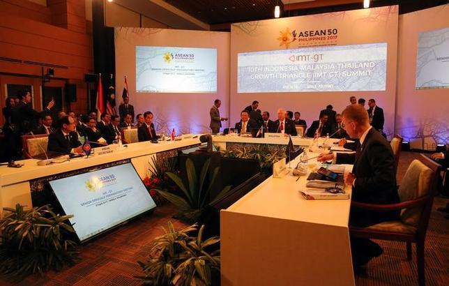 5月2日、東南アジア諸国連合(ASEAN)が先週末の首脳会議で、南シナ海の軍事拠点化を進める中国への批判トーンを弱めたことについて、中国外務省の耿爽報道官は、緊張緩和への取り組みが成果を上げたとして歓迎する意向を示した。マニラで4月撮影(2017年 ロイター/Aaron Favila)